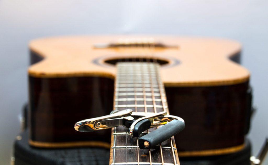 capo gitaar - online gitaar academie gitaarhals met gitaarklem