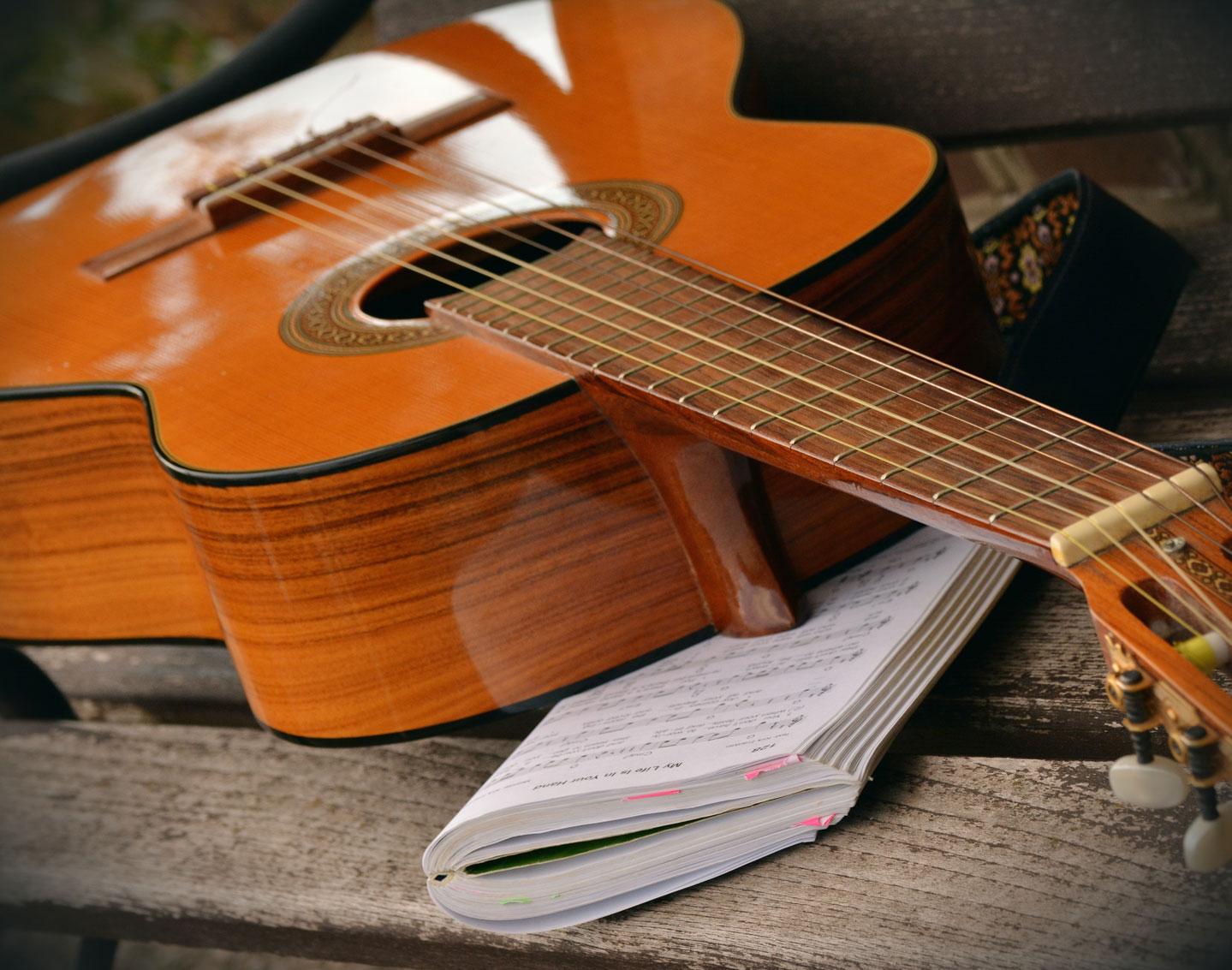 gitaar leren spelen op klassieke gitaar met notenboek