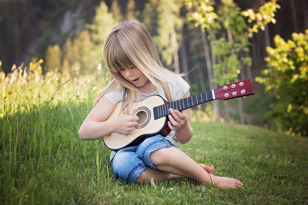 gitaarles voor beginners - kind met gitaar